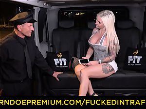 boinked IN TRAFFIC - passionate blondes car triangle penetrating