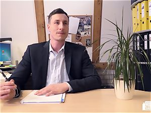 bums Buero - manager bangs German honey at job interview