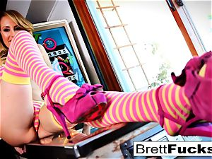 Pinball gaming leads to pussy wedging by Brett Rossi