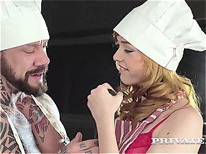 jummy Anny chops a guy goo spiced salad in dirty Kitchen