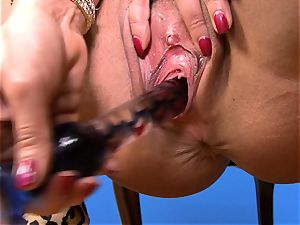 spectacular Lisa Ann jams her fake penis deep in her raw cunny