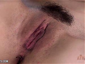 Jericha Jem vibrates her vulva to completion