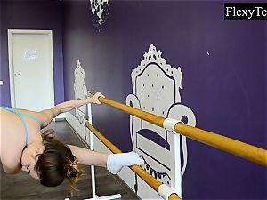 Fiatal woman ballerina